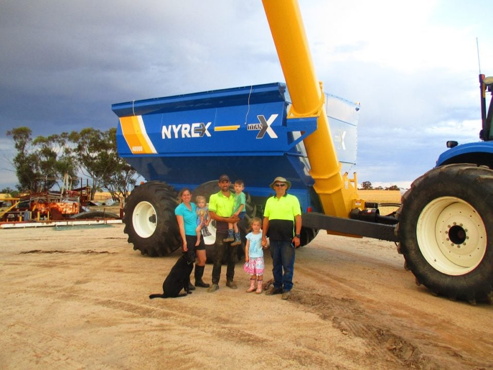 IS & A Dolton with their newly purchased 2018 Grain King 32T/40000L NYREX TITAN Tandem Axle Chaser Bin